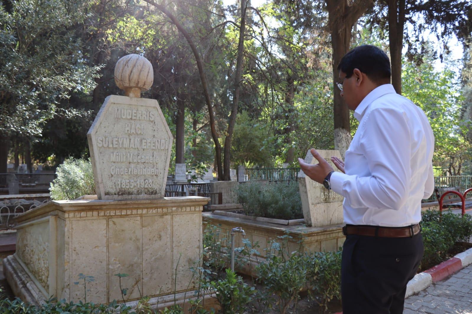 Özcan, Hacı Süleyman Efendi'yi Mezarı Başında Andı